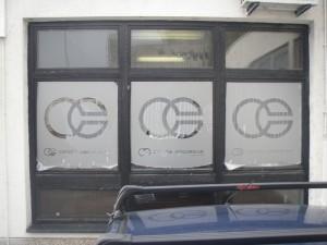 mutna-pljeskarena folija-Oslikavanje izloga, obljepljivanje izloga, obljepljivanje staklenih površina, oslikavanje prozora, oslikavanje ureda, naljepnice za izlog, folija za staklo, oslikavanje poslovnog prostora, oslikavanje uredskih prostora, oslikavanje stakla, oslikavanje staklenih površina, oslikavanje prozora