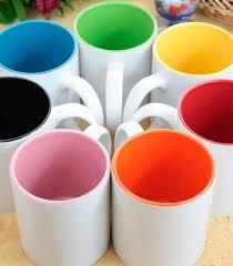 šalice bijele unutra različite boje